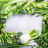 Hintergrund mit sortiertem grünem Gemüse Lizenzfreie Stockbilder