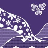 Hintergrund mit Spitze-, violetter und weißerfarbe Lizenzfreie Stockfotos