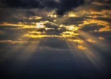Hintergrund mit stürmischen Wolken auf dem Himmel Lizenzfreie Stockfotos