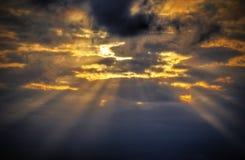 Hintergrund mit stürmischen Wolken auf dem Himmel Lizenzfreie Stockbilder