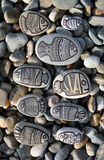 Hintergrund mit Steinen mit gemalten Dekorfischen Stockbild
