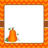 Hintergrund mit Truthahn, dem Aufbau von Obst und Gemüse im Hintergrund der alten Rolle des Papiers und der Kerze mit einem Bogen Lizenzfreie Stockfotos