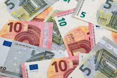 Hintergrund mit 5 und 10 Euroanmerkungen Stockfotos