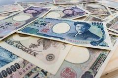Hintergrund mit 1000 und 5000 japanischer Banknoten Stockbild