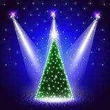 Hintergrund mit verziertem Weihnachtsbaum unter Scheinwerfern stock abbildung