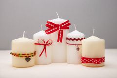 Hintergrund mit verzierten Kerzen. lizenzfreie stockfotografie