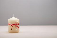 Hintergrund mit verzierter Kerze. stockbilder