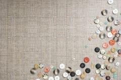 Hintergrund mit vielen bunten multi sortierten Knöpfen Lizenzfreies Stockfoto