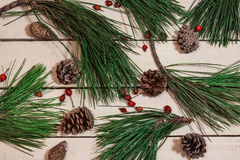 Hintergrund mit Weihnachtsdekoration auf weißer Tabelle Stockfotografie