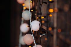 Hintergrund mit Weihnachtslichtern in den orange Farben Stockbilder