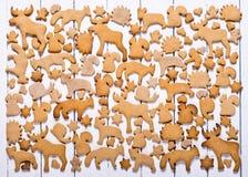 Hintergrund mit Weihnachtsplätzchenlebkuchen Lebkuchen in Form der Tiere, der Sterne und der Herzen Stockfotografie
