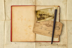 Hintergrund mit Weinlesefoto, Postkarten und leerem offenem Buch lizenzfreies stockfoto