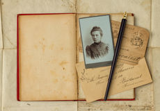 Hintergrund mit Weinlesefoto, Postkarten und leerem offenem Buch lizenzfreie stockfotos