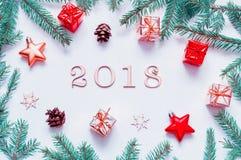 Hintergrund 2018 mit 2018 Zahlen, Weihnachten des neuen Jahres spielt, Tanne Niederlassung-neue Jahrzusammensetzung 2018 Stockfotos