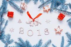 Hintergrund 2018 mit 2018 Zahlen, Weihnachten des neuen Jahres spielt, Tanne Niederlassung-neue Jahrzusammensetzung 2018 Lizenzfreie Stockfotografie