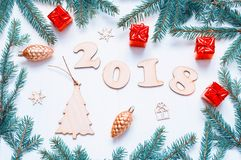 Hintergrund 2018 mit 2018 Zahlen, Weihnachten des neuen Jahres spielt, Tanne Niederlassung-neue Jahrzusammensetzung 2018 Lizenzfreie Stockfotos