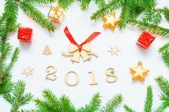 Hintergrund 2018 mit 2018 Zahlen, Weihnachten des neuen Jahres spielt, Tanne Niederlassung-neue Jahrzusammensetzung 2018 Lizenzfreies Stockfoto