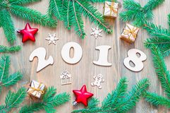 Hintergrund 2018 mit 2018 Zahlen, Weihnachten des neuen Jahres spielt, Tannenbaumaste Stockfotos