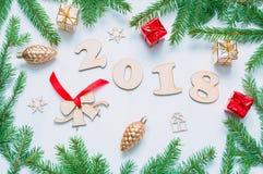 Hintergrund 2018 mit 2018 Zahlen, Weihnachten des neuen Jahres spielt, Tannenzweige Stillleben 2018 des neuen Jahres Lizenzfreie Stockbilder