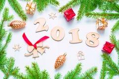 Hintergrund 2018 mit 2018 Zahlen, Weihnachten des neuen Jahres spielt, Tannenzweige - Zusammensetzung 2018 des neuen Jahres Stockfotos