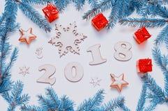 Hintergrund 2018 mit 2018 Zahlen, Weihnachten des neuen Jahres spielt, Tannenzweige - Zusammensetzung 2018 des neuen Jahres Lizenzfreie Stockfotografie
