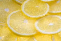 Hintergrund mit Zitronescheiben Lizenzfreie Stockfotos