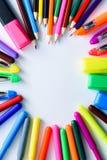 Hintergrund-Papier, farbige Bleistifte, Stifte, Markierungen und etwas Kunstmaterial auf gemalter Holzoberfläche Platz für Text D Stockbild