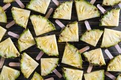 Hintergrund, populäre Sommerfrucht mit leckerer Ananas auf einem Stock Stockbild