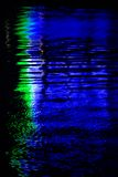Hintergrund-Reflexion des Neons im Wasser Lizenzfreies Stockfoto