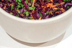 Hintergrund-Salat des Rotkohls mit Karotten und Spinat Stockbild