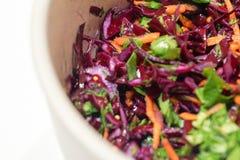 Hintergrund-Salat des Rotkohls mit Karotten und Spinat Stockfoto