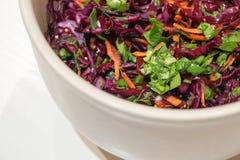 Hintergrund-Salat des Rotkohls mit Karotten und Spinat Lizenzfreie Stockfotos
