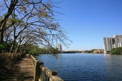 Hintergrund: schöne Flussuferlandschaft Stockfotos
