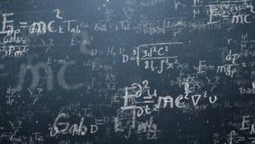 Hintergrund schoss von der Tafel mit den wissenschaftlichen und algebraischen Formeln und den Diagrammen, die auf ihn in Grafiken Lizenzfreie Stockfotografie