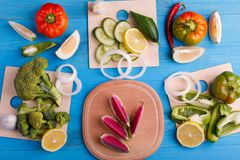 Hintergrund-Studiophotographie der gesunden Ernährung von verschiedenen Obst und Gemüse von auf altem Holztisch stockbild