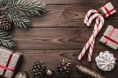 Hintergrund Tannenbaum, dekorativer Kegel Nachrichtenmenge für Weihnachten und neues Jahr Bonbons und Geschenke für Feiertage Far