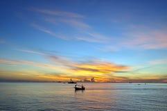 Hintergrund und Sonnenuntergang des blauen Himmels des Ozeans Lizenzfreies Stockfoto
