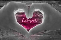 Hintergrund-Valentinsgrußtagesliebe Herz Hände Holzzaun stockbild