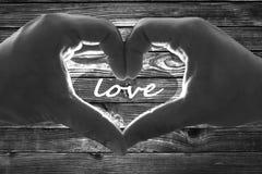 Hintergrund-Valentinsgrußtagesliebe Herz Hände Holzzaun stockfotografie