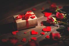 Hintergrund-Valentinsgruß ` s Tag Herz, Geschenk und Rosen auf hölzernem Lizenzfreie Stockbilder
