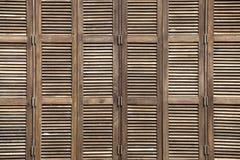 Hintergrund vergitterte Holztürbeschaffenheit im tropischen Haus Lizenzfreie Stockbilder