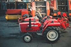 Hintergrund vieler Traktoren, zuverlässiger schwerer Lader, LKW Stockfoto