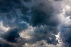 Hintergrund vom Himmel und dunklen von den Sturmwolken Lizenzfreies Stockfoto