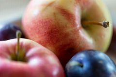Hintergrund von Äpfeln und von Pflaumen Lizenzfreies Stockbild