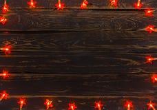 Hintergrund von alten Planken und von Weihnachtslichtern Lizenzfreie Stockbilder