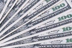 Hintergrund von amerikanischen Banknoten von hundert Dollar vereinbarte in einer Fannahaufnahme Stockfotos
