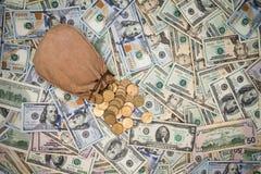 Hintergrund von amerikanischen Dollarbanknoten und -münzen Stockfoto