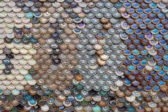 Hintergrund von Bierflaschekappen lizenzfreie stockbilder