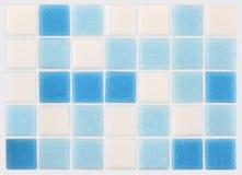 Hintergrund von blauen und weißen Fliesen des Mosaiks lizenzfreie stockfotos
