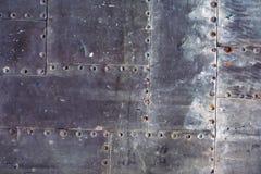 Hintergrund von Blechtafeln mit Nieten Stockfoto
